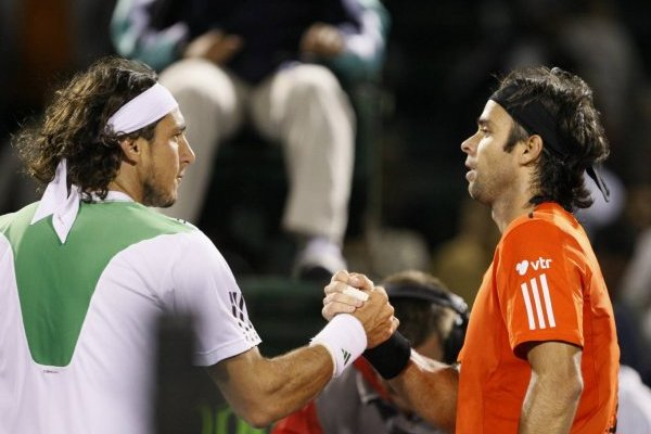 El apretón de manos entre Mónaco y González tras el triunfo del chileno en la tercera ronda de Miami 2010 / Foto: AP