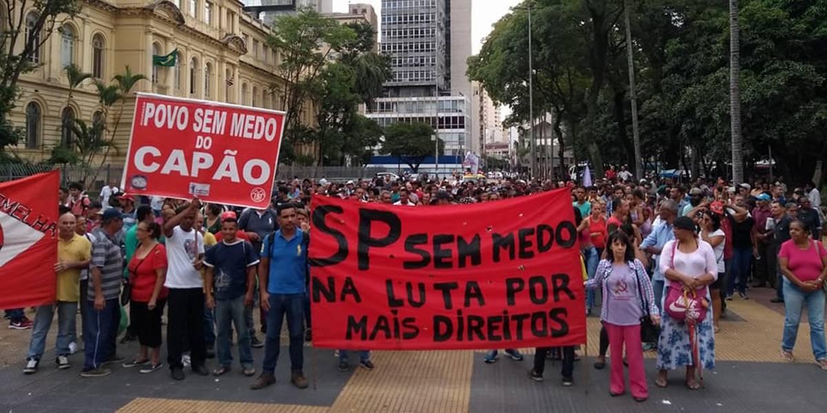 Manifestantes protestam contra corte de linhas de ônibus em São Paulo