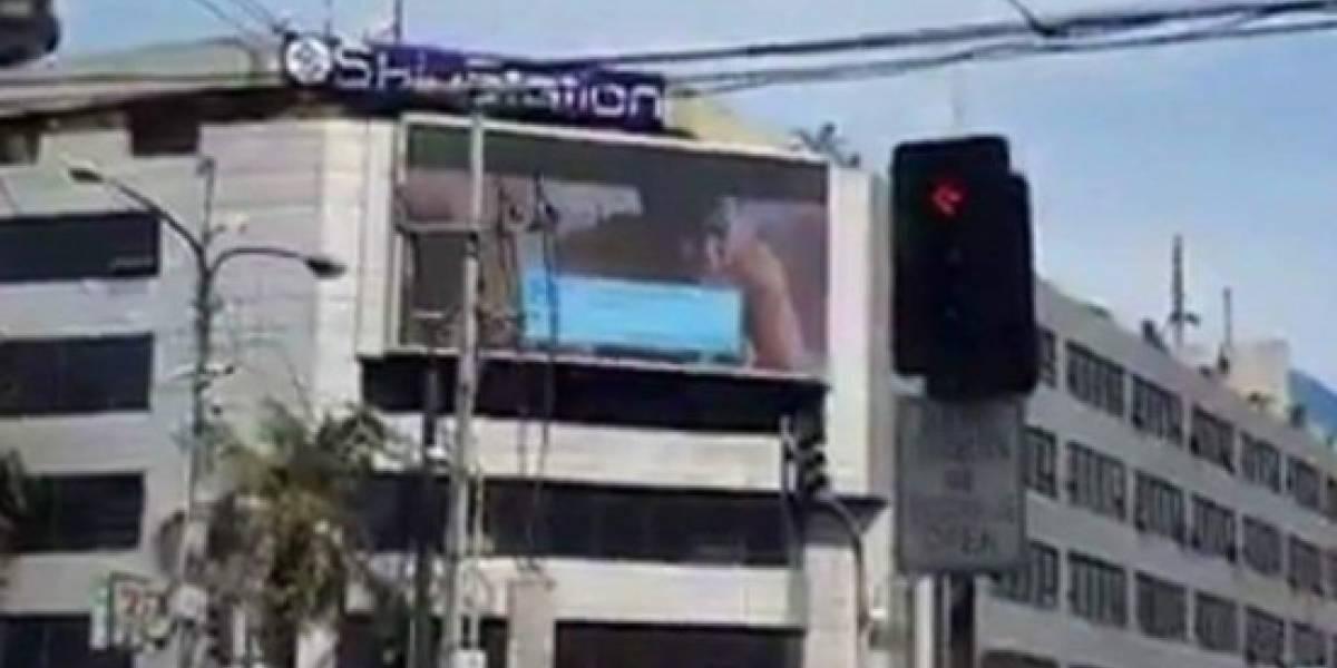 """""""Terminó muy rápido"""": transmitieron una película porno en una pantalla gigante de publicidad"""