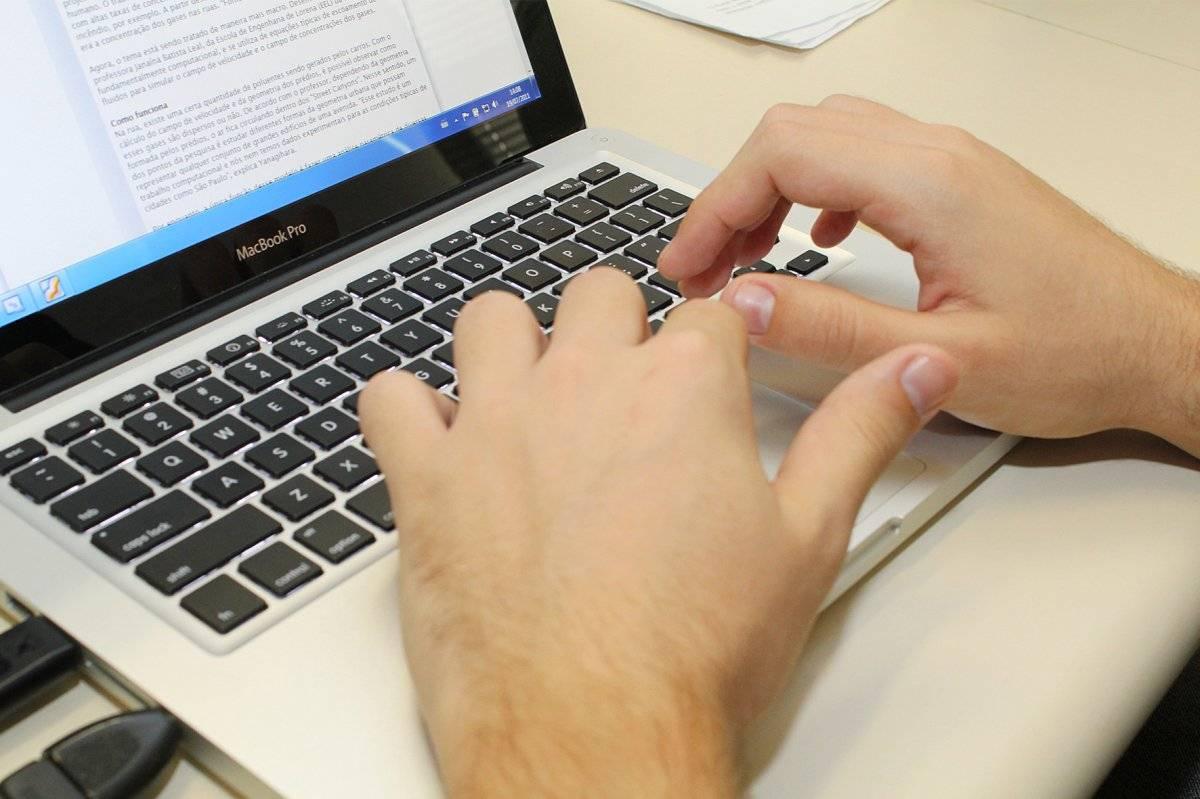 computador teclado mãos