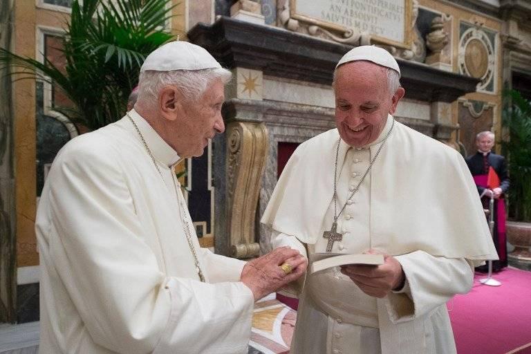 Benedicto XVI y el papa Francisco