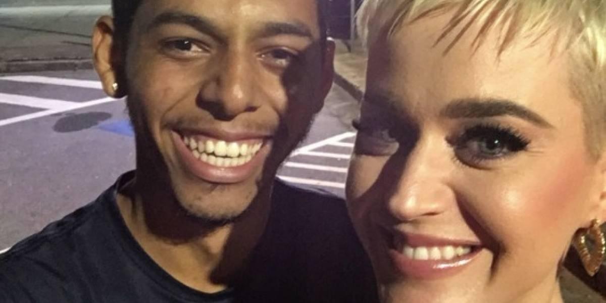 Fã conhece cantora Katy Perry pouco depois de ter sido assaltado