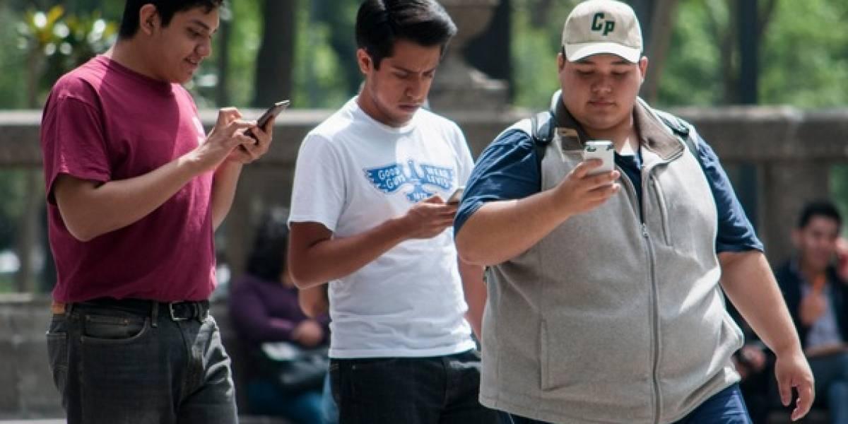 Alertan por daños en córnea y retina por luz de smartphones