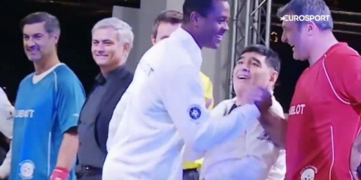 Kluivert deja con la mano extendida a Maradona