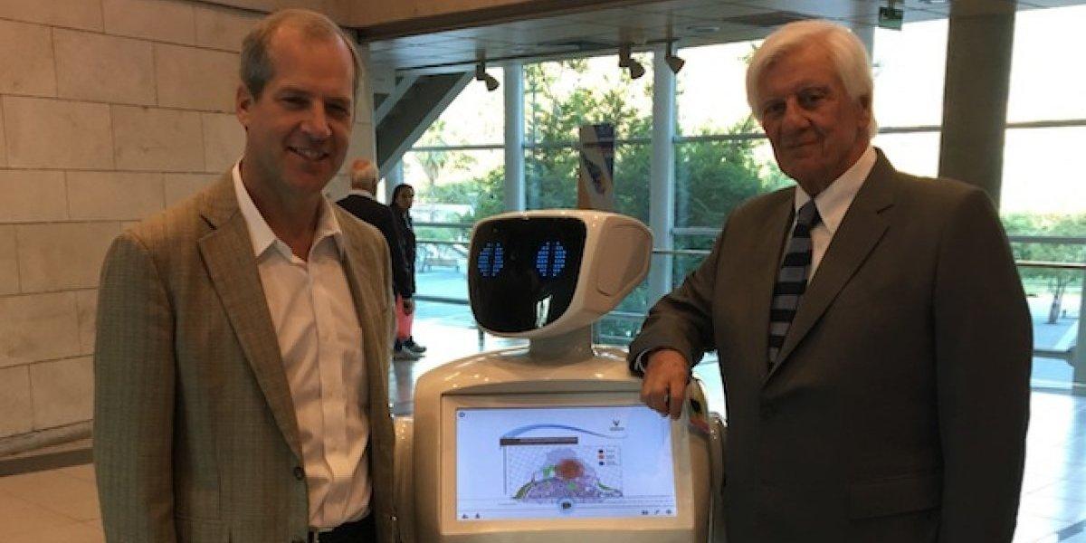 Vitacura presenta un novedoso robot asistente para trámites municipales de vecinos