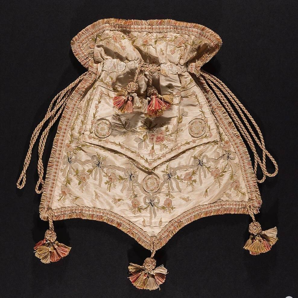 Retícula del chaleco de un hombre, seda bordada, hacia 1800, Francia. INSTAGRAM The Museum at FIT