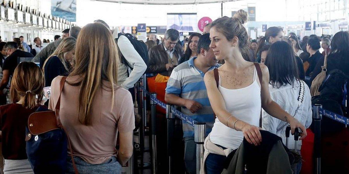 """El máximo flujo de pasajeros en los últimos 6 años: tráfico aéreo en Chile se """"disparó"""" durante el mes de febrero"""