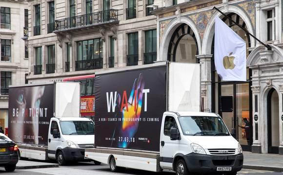 Huawei ataca a Samsung y Apple con camiones fuera de sus tiendas