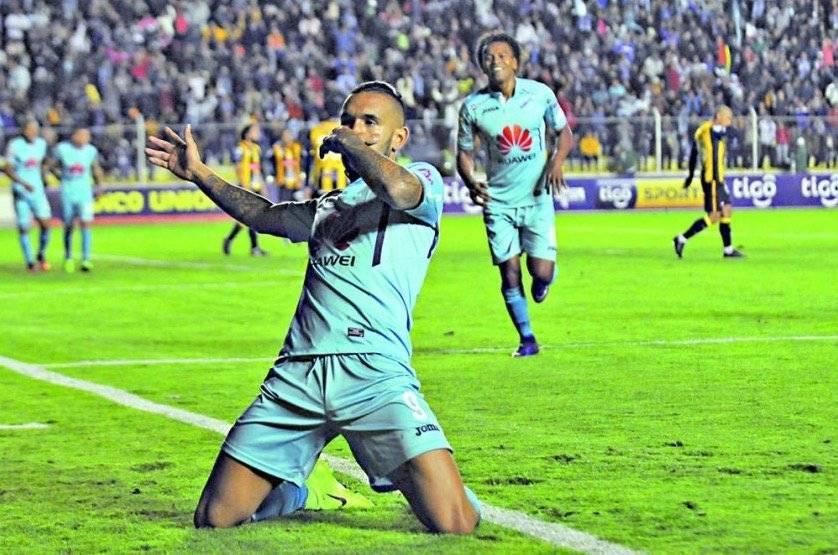 El chileno Ronnie Fernández marcó tres veces para el Bolívar de Beñat en el clásico ante The Strongest / Foto: Twitter