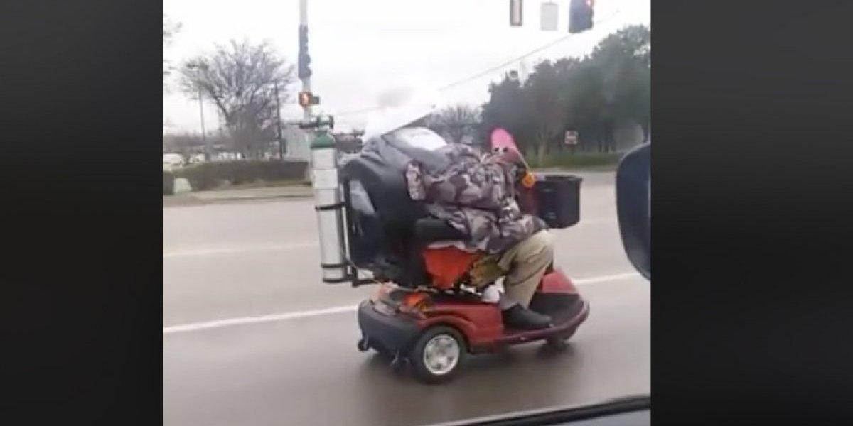 """La insólita persecución policial a una """"anciana motorizada""""  que salió a dar una vuelta por una transitada autopista"""