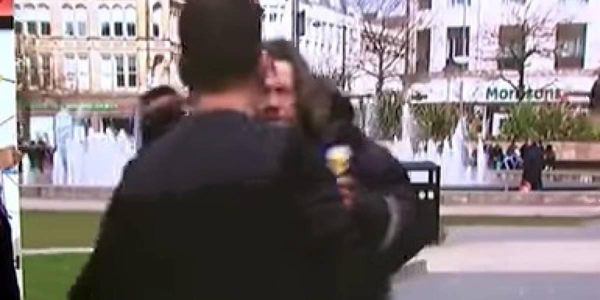 VIDEO: Comentarista deportivo pelea con indigente en plena transmisión