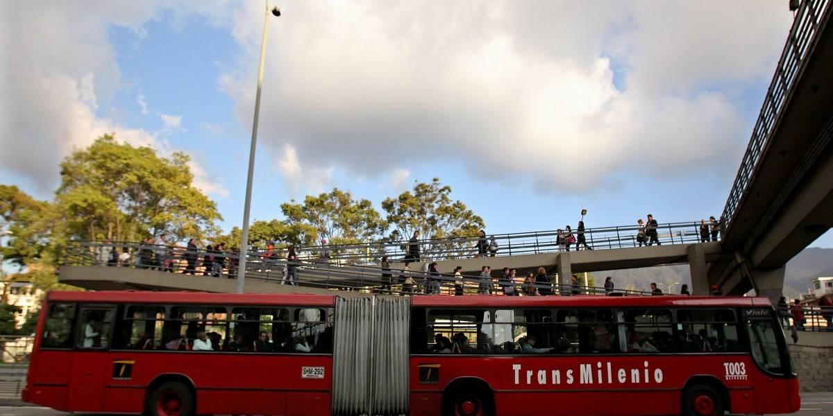 No hay paso a la altura de esta estación por accidente entre TransMilenio y furgón