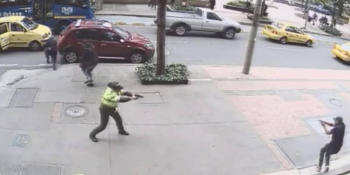 Video: La valiente reacción de patrullera de la Policía que se enfrentó a tiroteo en centro de Bogotá