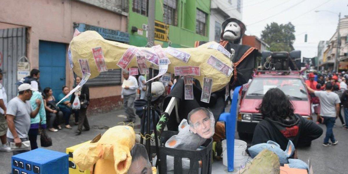 Con desfile bufo, universitarios repudian actos de corrupción