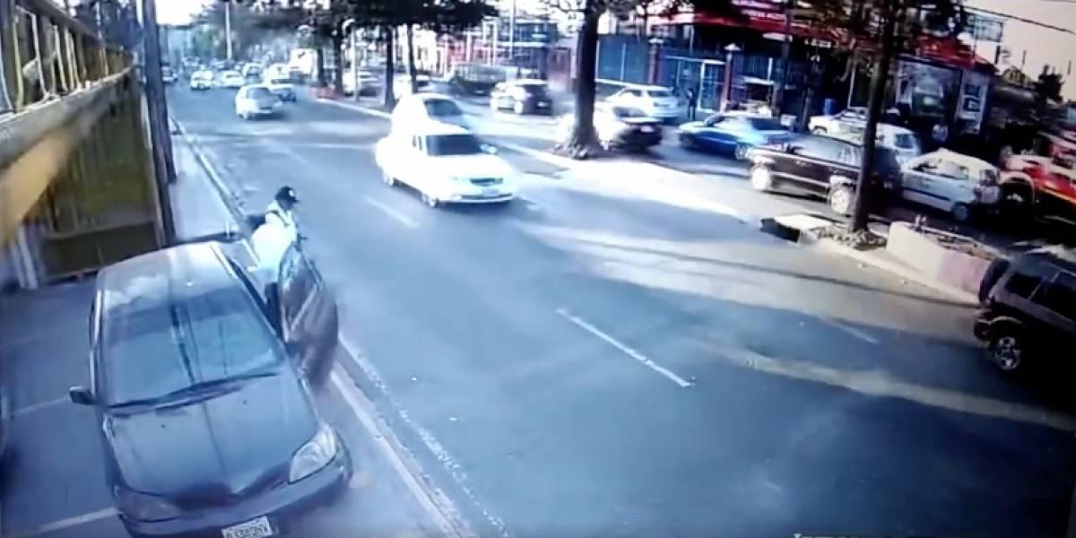 VIDEO. Abandona frente a veterinaria en la San Juan a su gato y a plena luz del día