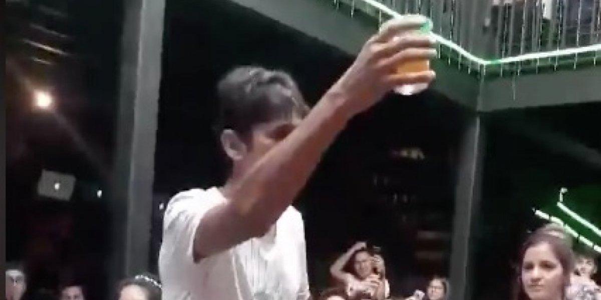 """El """"mago de las cervezas"""" que se transformó en fenómeno viral por multiplicar las cervezas en medio de fiesta de universitarios"""