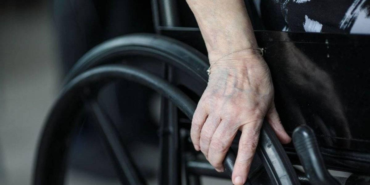 Dos mujeres insultan a un joven en silla de ruedas