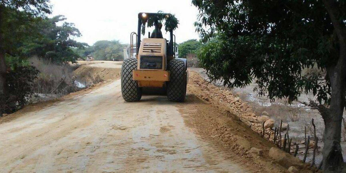 INDRHI y bananeros trabajan en la construcción de muros en la Línea Noroeste