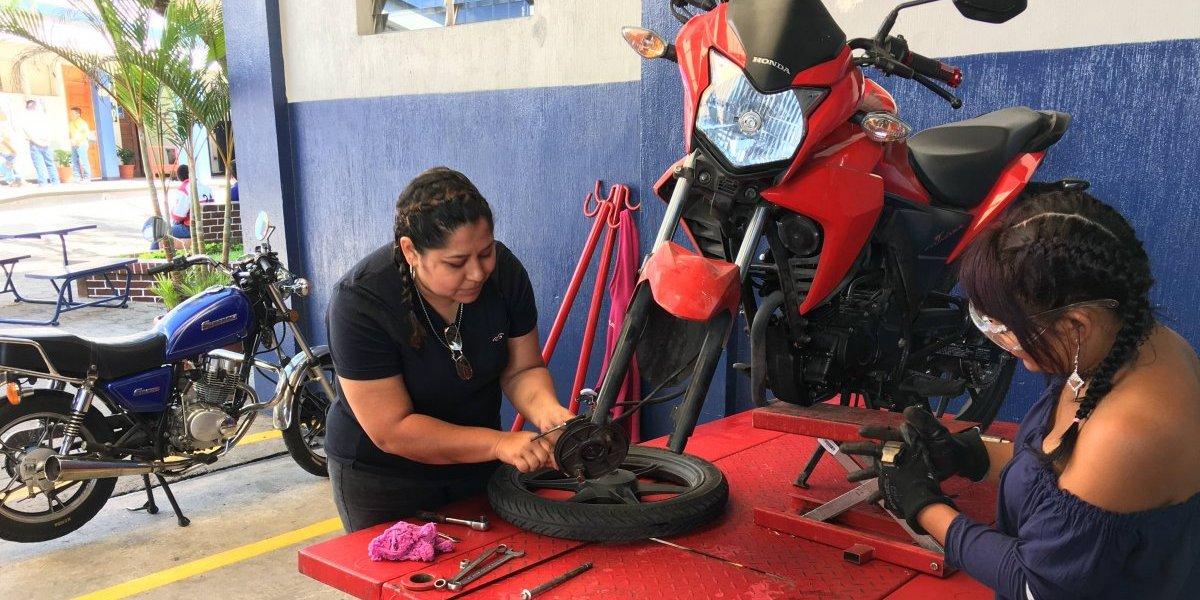 Las damas también se atreven a reparar sus motocicletas