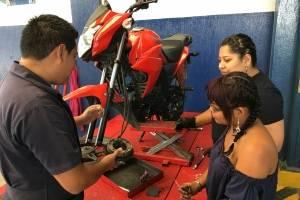 Intecap Villa Nueva mantenimiento de motocicletas mujeres reparan sus motos