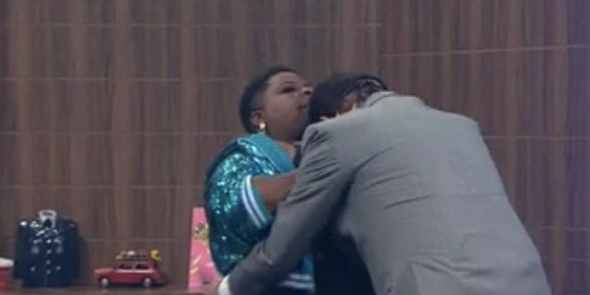 Jojo Todynho surpreende ao colocar a cara de Amaury Jr. em seus seios