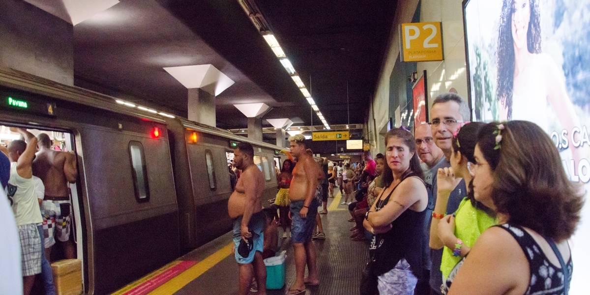 Homem ejacula em pé de mulher dentro de vagão do metrô