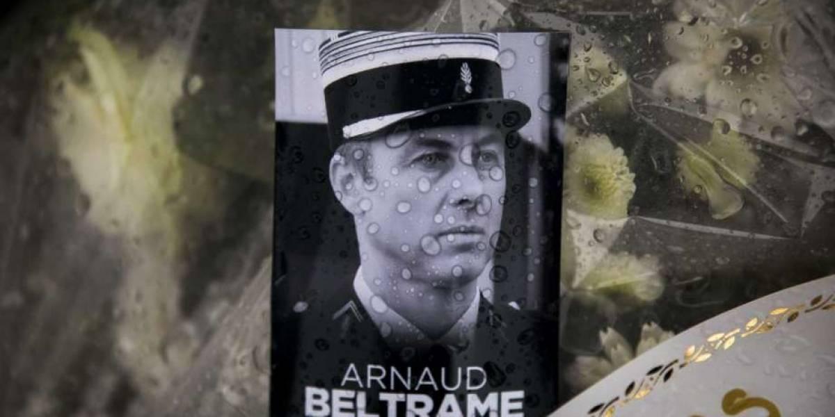 """Francia rinde homenaje con misa masiva al policía que """"salvó al país"""" de atentado terrorista"""