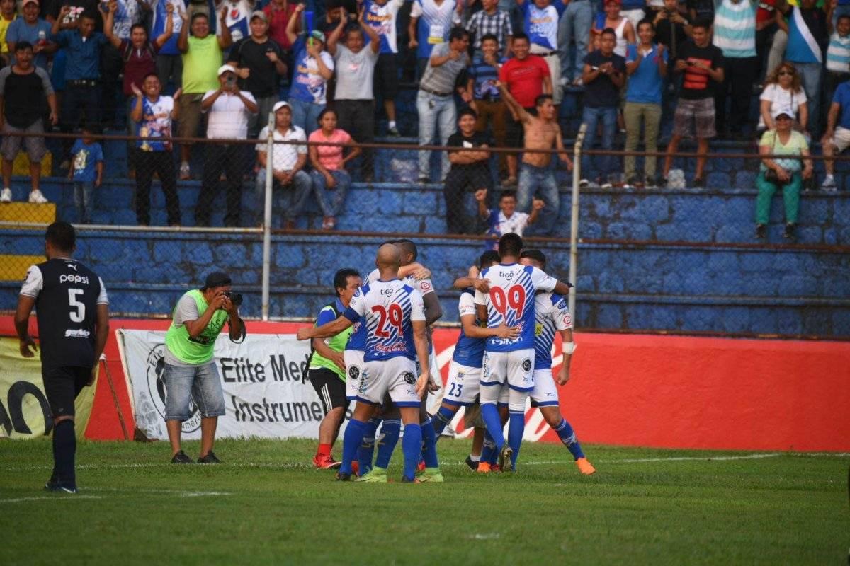 Jugadores venados celebran un gol