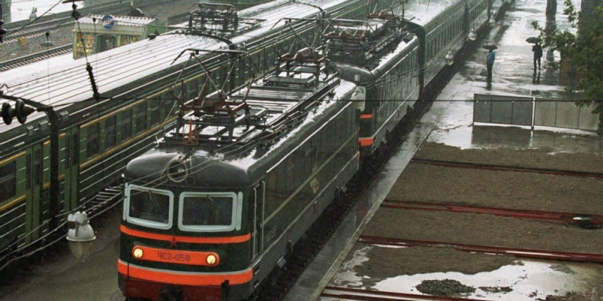 Hombre muere aplastado al tratar de subirse a un tren en movimiento