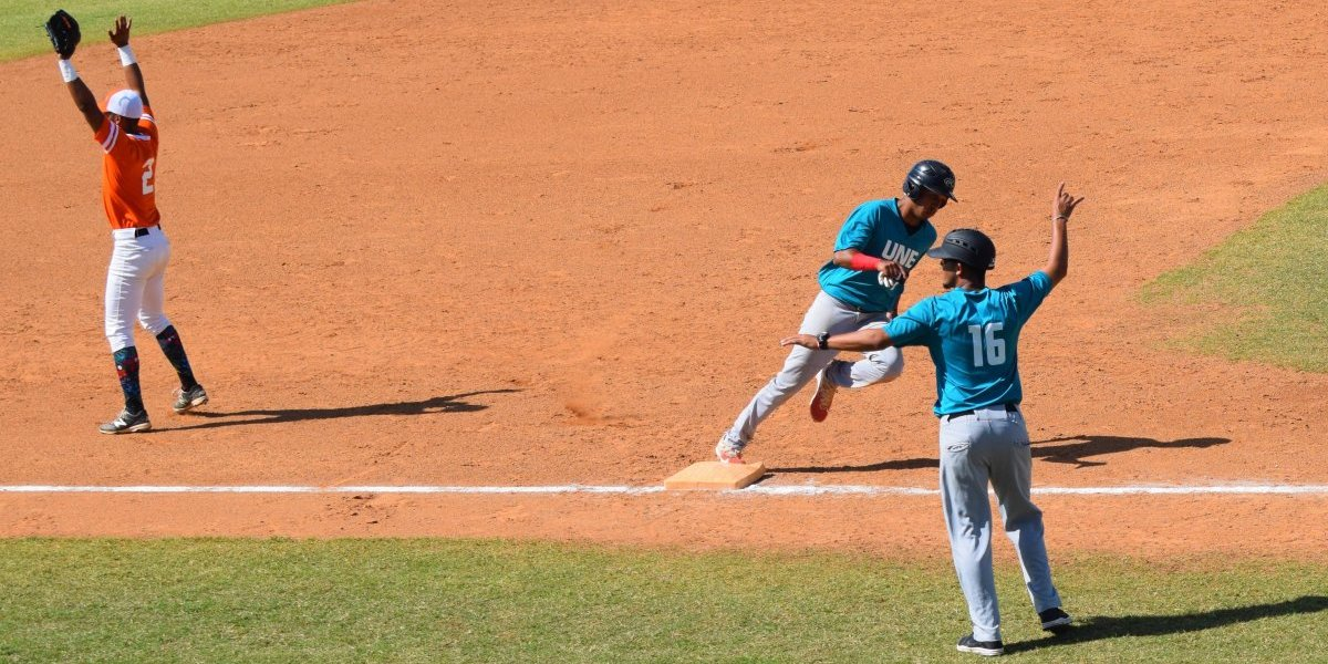 Dos series del béisbol universitario van a juego decisivo