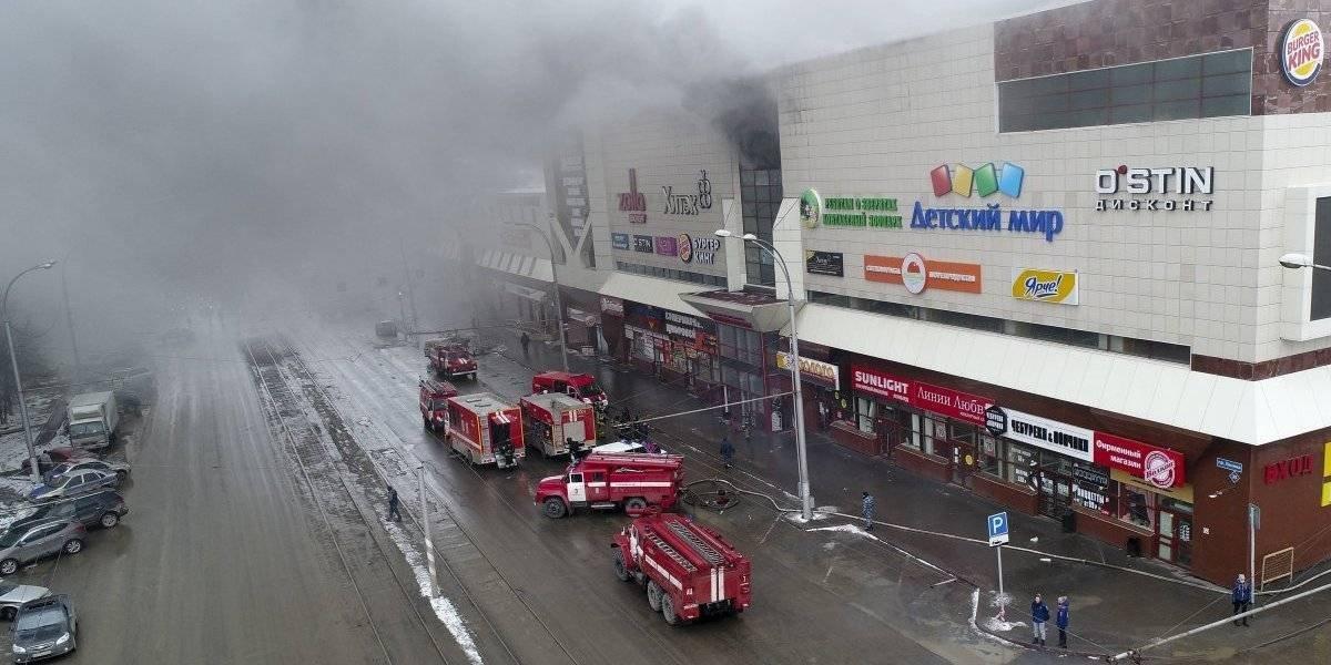 Fuego en centro comercial ruso causa más de 60 muertos