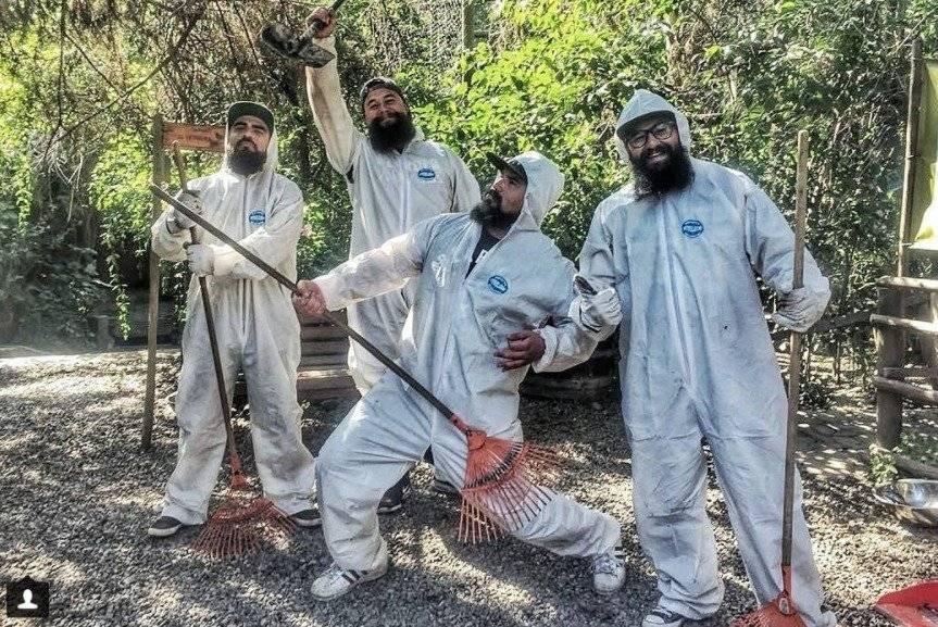 Miembros de BV tras limpiar la jaula de los primates en Peñaflor