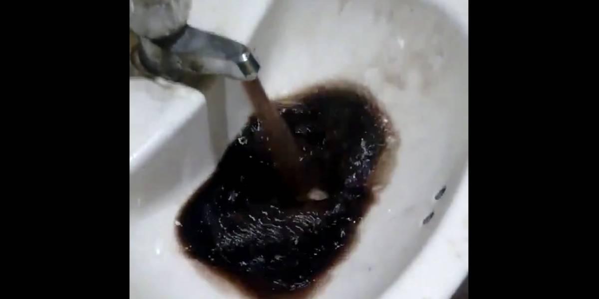 Le contamos la verdad sobre el falso video en el que se ve que llega agua con petróleo