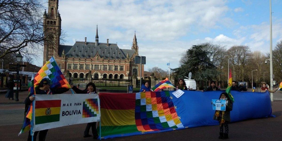 """Alegatos en La Haya: bolivianos motivados llegaron hasta afuera de la Corte a pedir """"mar para Bolivia"""""""