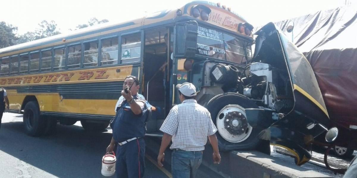 FOTOS. Bus extraurbano choca con tráiler en la ruta al Pacífico