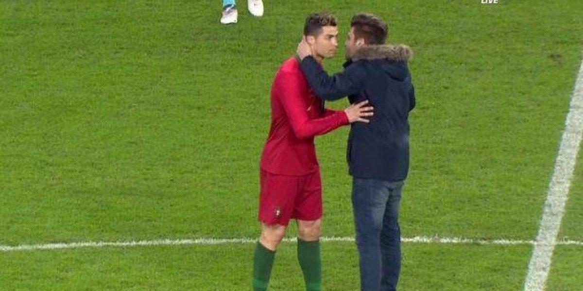 Aficionado besa a Cristiano Ronaldo en pleno juego