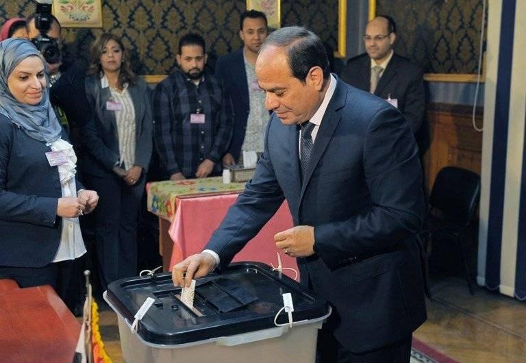 Abdelfatah Al-Sisi vota en Egipto