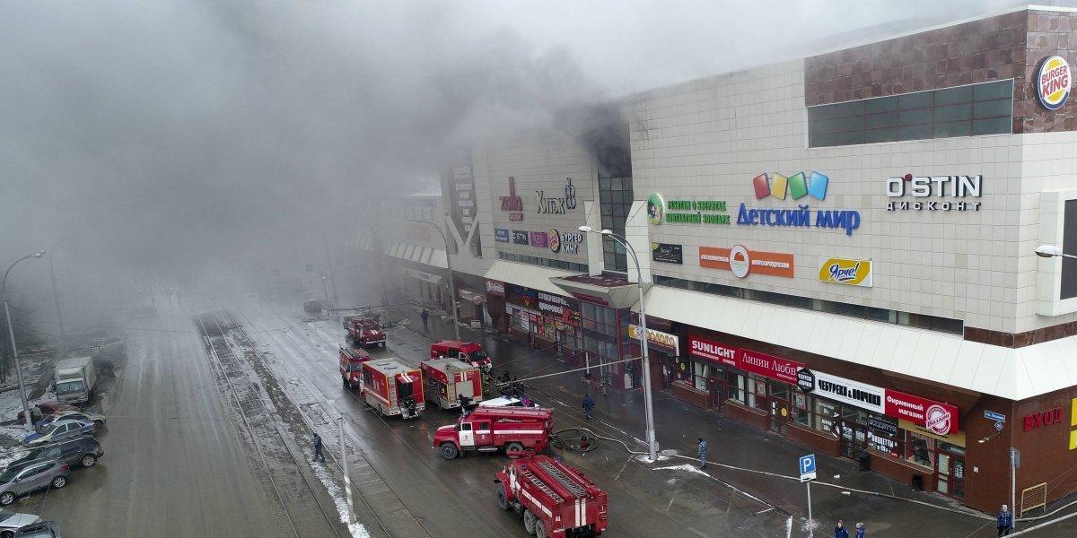 """La alarma no se activó y el personal habría """"desaparecido"""": Se elevan a 64 los fallecidos tras incendio en centro comercial en Rusia"""