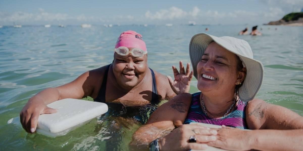 A baiana que dá aulas de natação na praia a quem não pode pagar