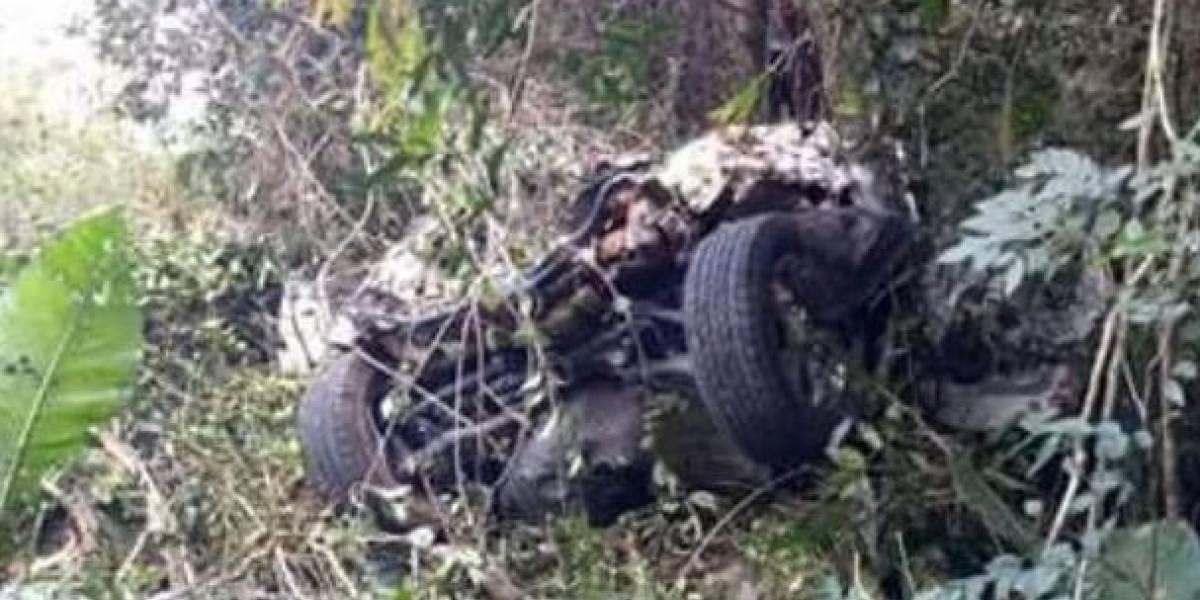 Muere abuela al caer su carro en un abismo mientras su familia se tomaba fotos