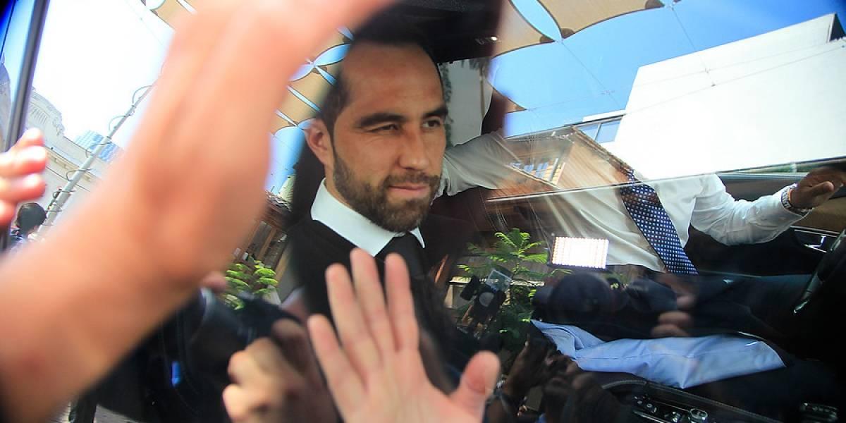 ¿Rompe el silencio? Claudio Bravo sigue sin decir nada y en guerra con la ANFP