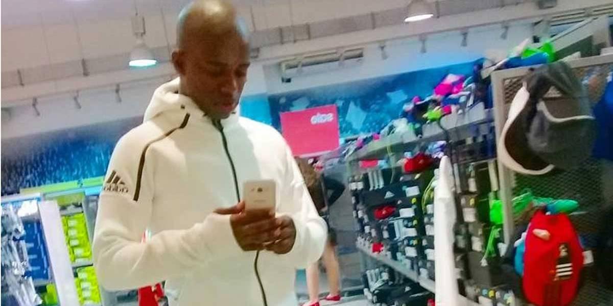 Jovem denuncia rede de fast food após ser nomeado 'macaco' em nota fiscal