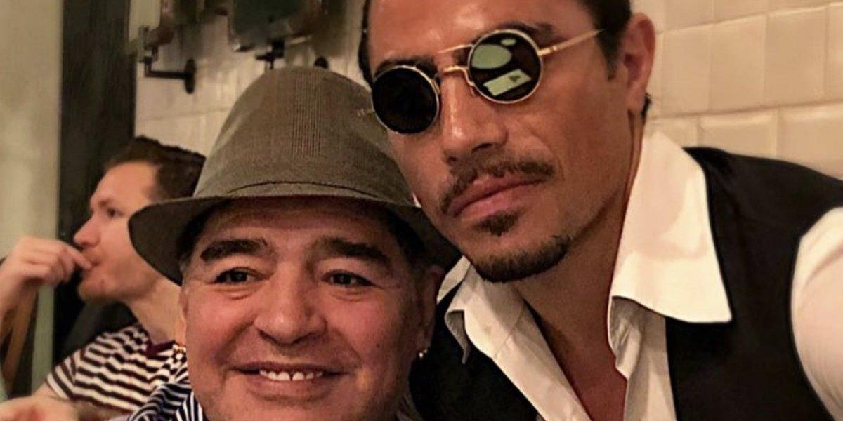 VIDEO: Maradona cena en el famoso restaurante del chef de la sal