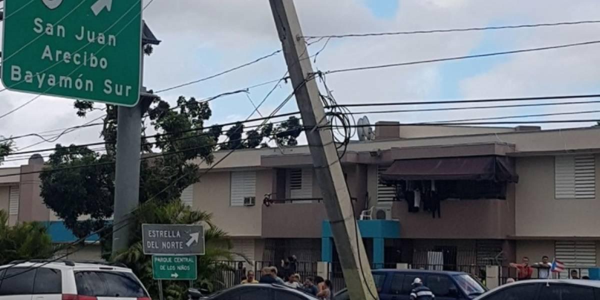 Joven impacta con su vehículo poste de cemento en Bayamón