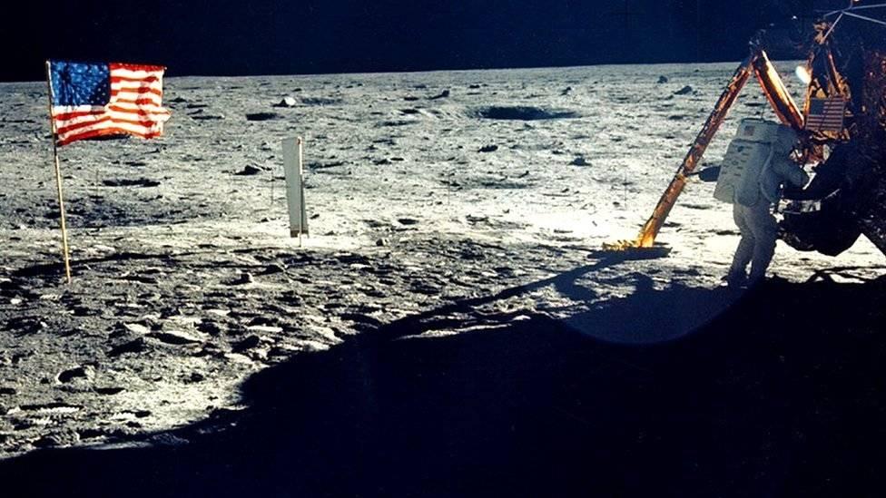 El astronauta estadounidense Neil Armstrong en la Luna. La exploración espacial fue el foco de una feroz competencia durante la Guerra Fría. NASA