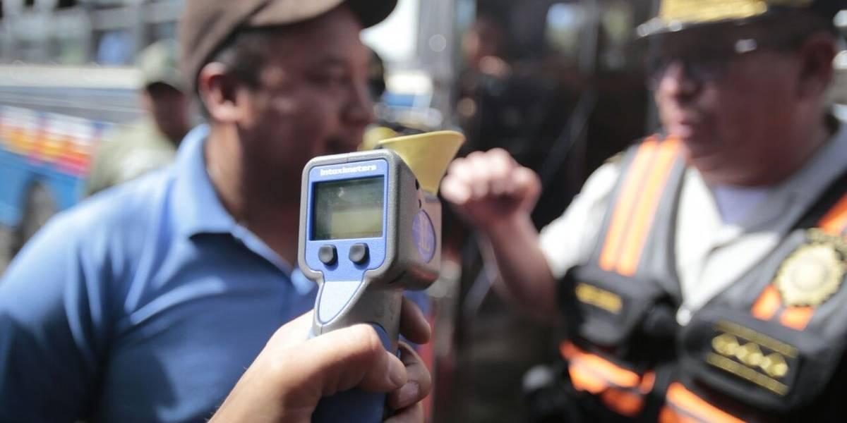 Director de tránsito realiza pruebas de alcoholemia a los choferes de autobuses