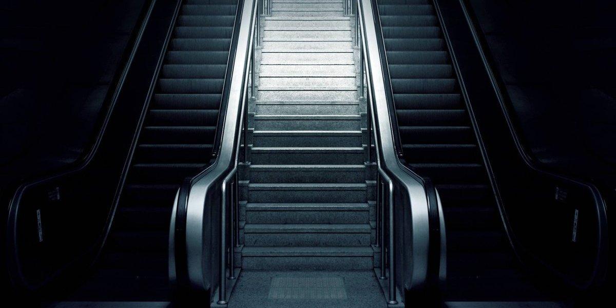 O momento impactante que uma escada rolante 'engole' um homem no metrô