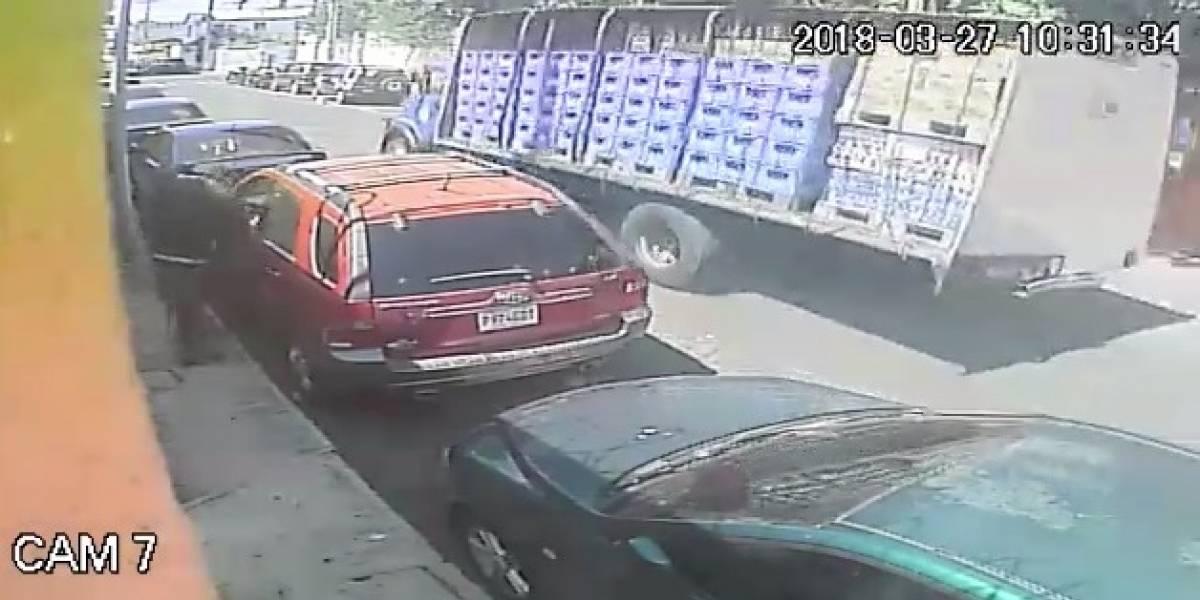 Video. Se comparte el robo de un automóvil en la zona 10