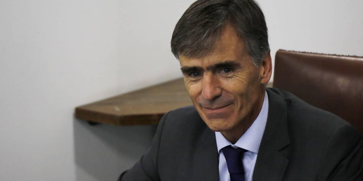 """Ministro de Economía llama a evitar """"demonizar"""" a empresas tras fallas de Transbank y United"""