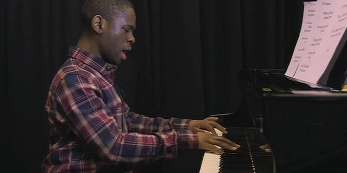 """O adolescente prodígio que """"baixa músicas no cérebro"""" e compõe sinfonias aos 17"""